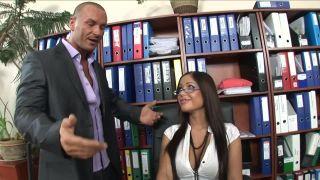 Assistente sexy seduce il capo e si fa sbattere sulla scrivania