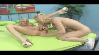 Due belle lesbiche bionde se la leccano alla grande come delle vere maialine in calore!