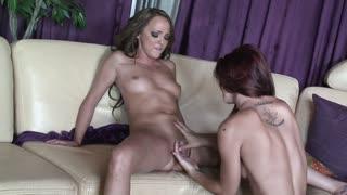 Una bella coppia di lesbiche si scopa e gode tanto