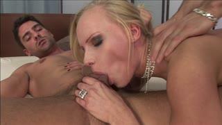 Una donna bionda si fa penetrare i due buchetti belli