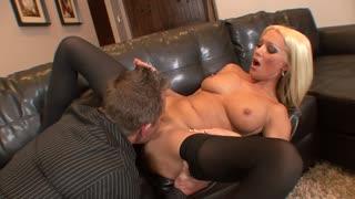 Bella biondona se la fa leccare tutta dal suo amante fino in fondo!