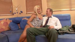 Sul divano blue la bella biondina si fa scopare da uomo in cravatta.
