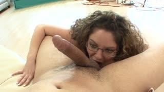 Una casalinga seduce un giovanotto un po´ timidino